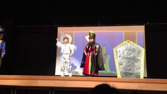 劇オペレッタ白雪姫5歳児大型スクリーンにプロジェクターで背景